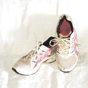 Asics Cumulus 11 red & white athletic shoes